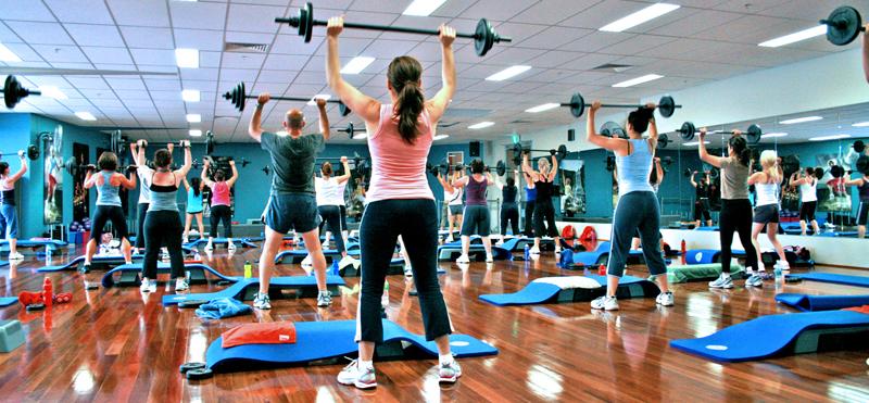 Clase de gimnasia con pesas